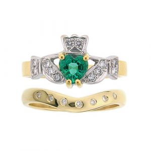 kinvara-emerald-claddagh-wedding-set-in-yellow-gold